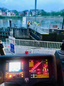 travaux grue de nuit namur meuse ecluse fleuve canal peniche